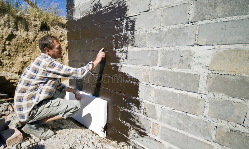 Operaio che applica polistirolo fotografia stock for Costruttore di casa gratuito