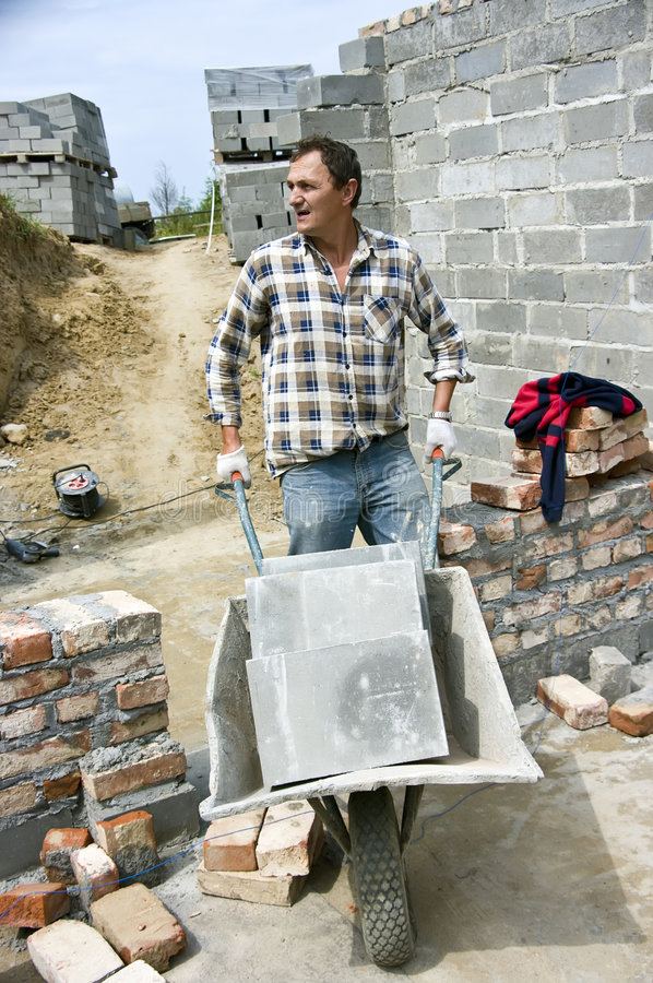 Operaio con la carriola fotografia stock immagine di for Costruttore di casa gratuito