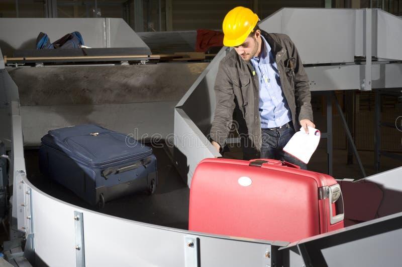 Operaio della fascia dei bagagli fotografia stock libera da diritti