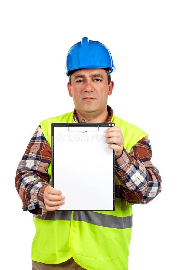 Operaio di costruzione che mostra un taccuino in bianco immagine stock libera da diritti