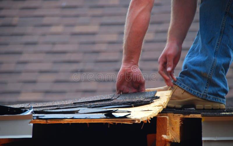 Operaio di costruzione sul tetto immagini stock libere da diritti