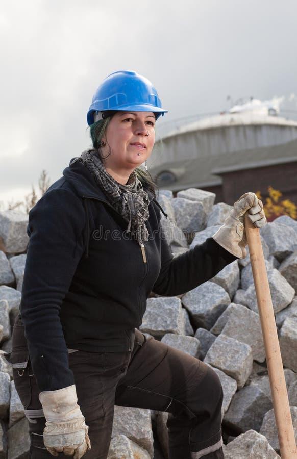 Operaio femminile in cappello duro blu immagini stock