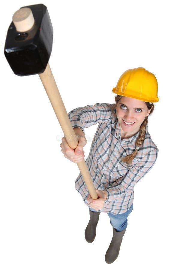 Operaio femminile con una mazza immagini stock libere da diritti
