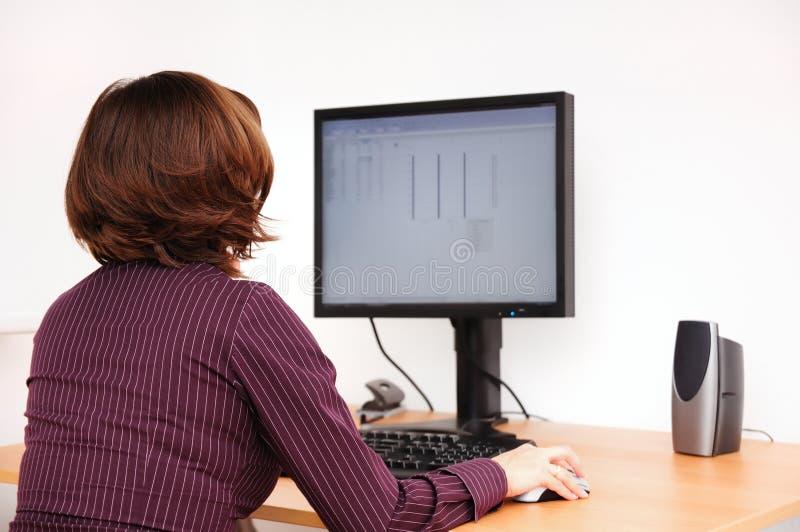 Operaio impiegatizio al calcolatore immagini stock libere da diritti