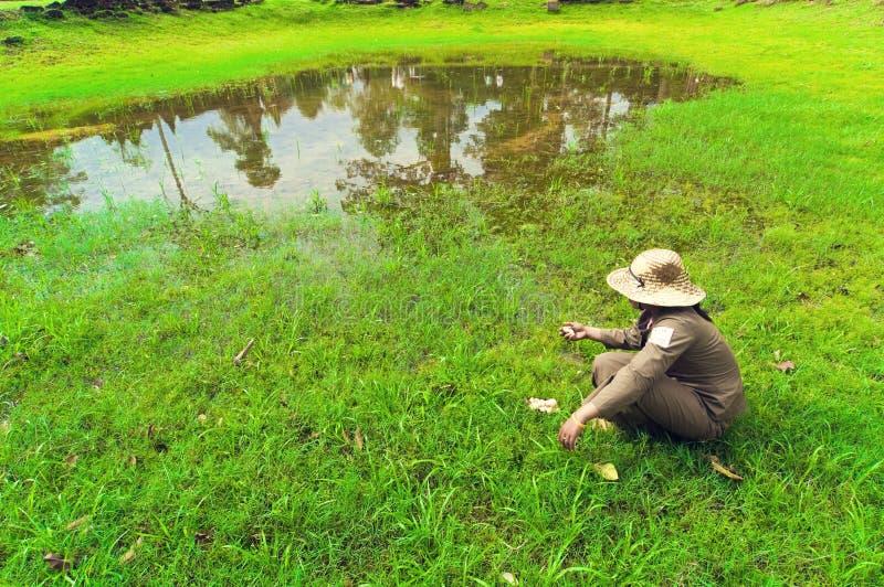 Operaio intorno al Banteay Srey immagini stock