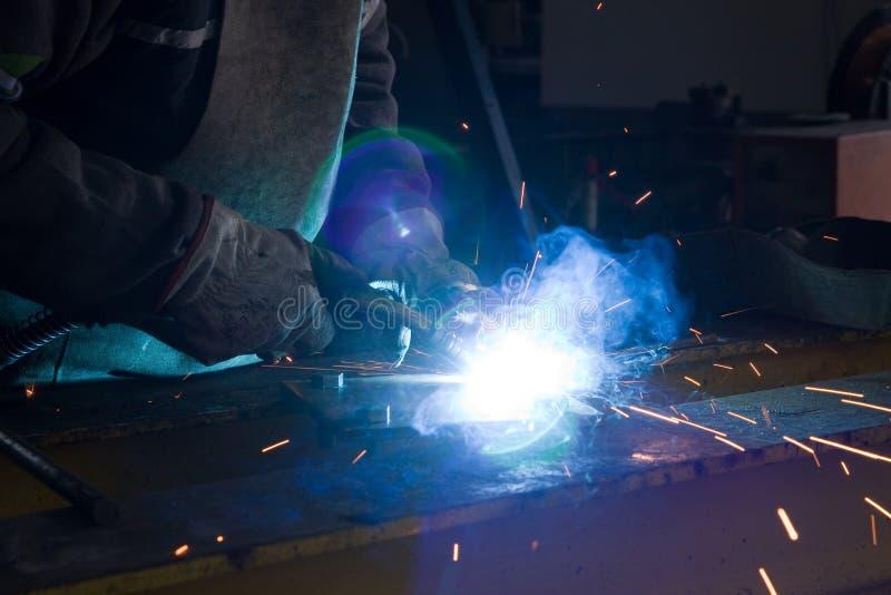 Operaio metallurgico con le scintille fotografie stock