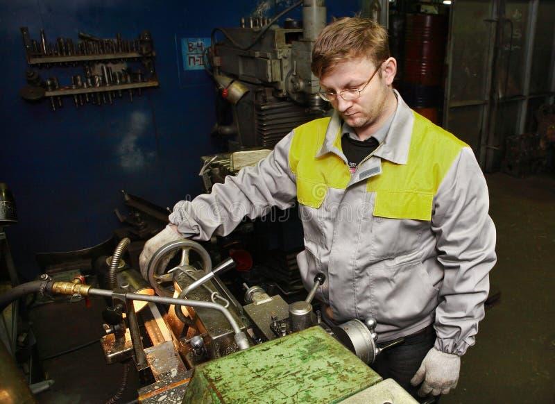 Operatör för arbetardrejaremaskin som bearbetar stålworkpiecen på tur arkivbilder