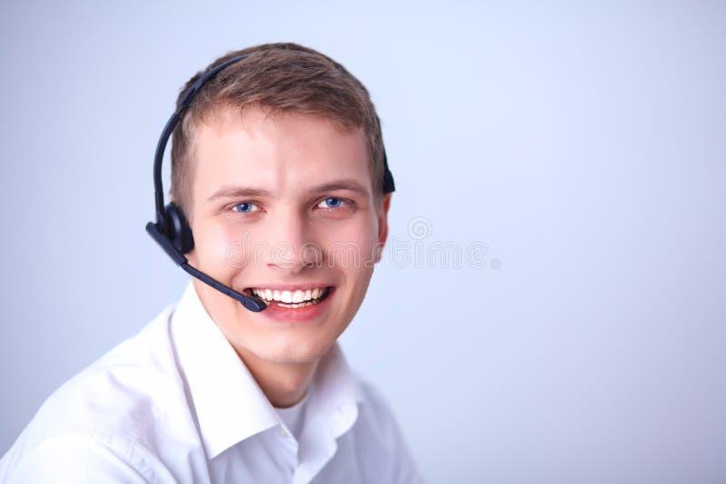 Operatör för kundservice med en hörlurar med mikrofon på vit bakgrund arkivfoton