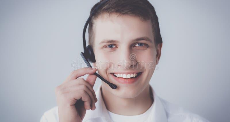 Operatör för kundservice med en hörlurar med mikrofon på vit bakgrund fotografering för bildbyråer