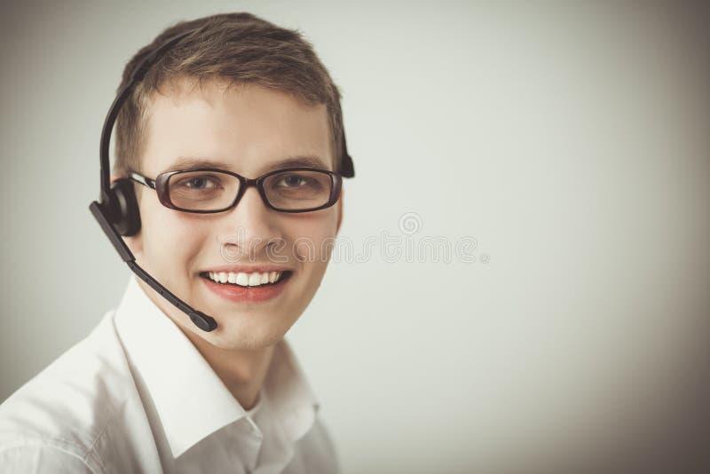 Operatör för kundservice med en hörlurar med mikrofon på vit bakgrund royaltyfri fotografi