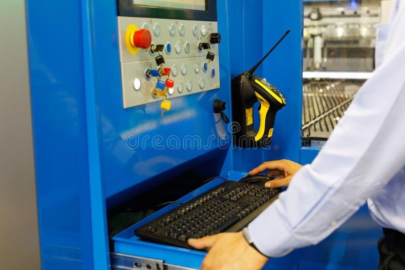 Operatör som arbetar med den bitande maskinen för laser royaltyfri foto