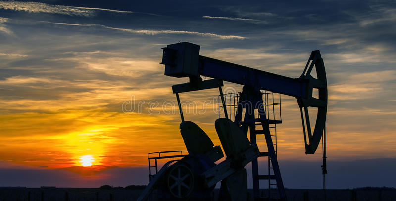 Operating Oil And Gas Well Contour, Outlined On Sunset Royalty Free Stock Image