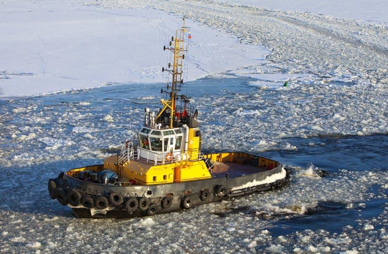 Operationen av hjälparen sänder i hamnstad av St Petersburg under vinternavigering Ryssland arkivbilder