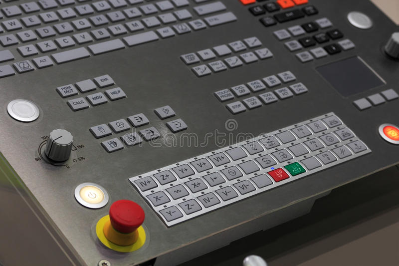 Operationpanel av CNC som bearbetar med maskin mitten arkivfoton