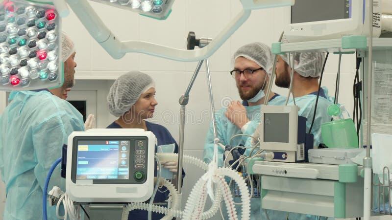 Operationsteam, das am Chirurgieraum spricht stockbild