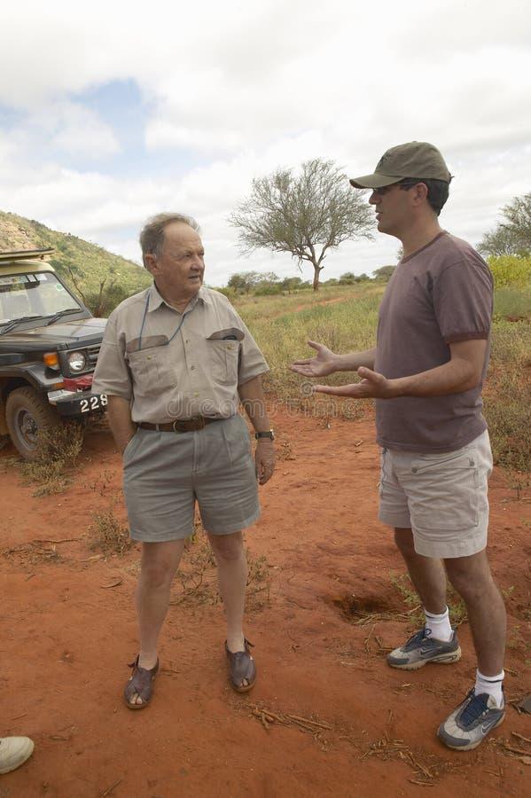 Operator filmowy Z Afryka mówienie z Humanitarnym społeczeństwa CEO Wayne Pacelle w Tsavo parku narodowym Kenja Afryka obrazy royalty free