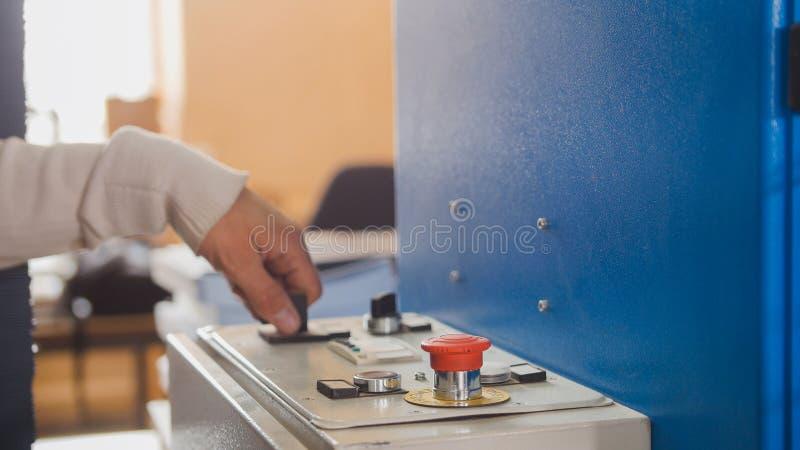 Operator kontrola maszyna w drukowym domu zdjęcia royalty free