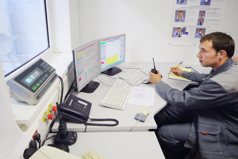 Operator kontrola proces produkcji przy fabryką obraz stock