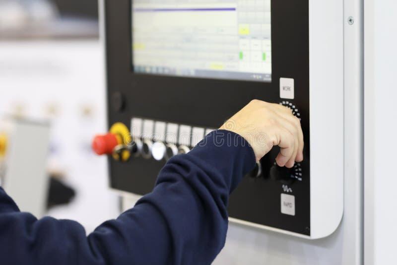 Operator kontrole praca CNC maszyna obrazy royalty free