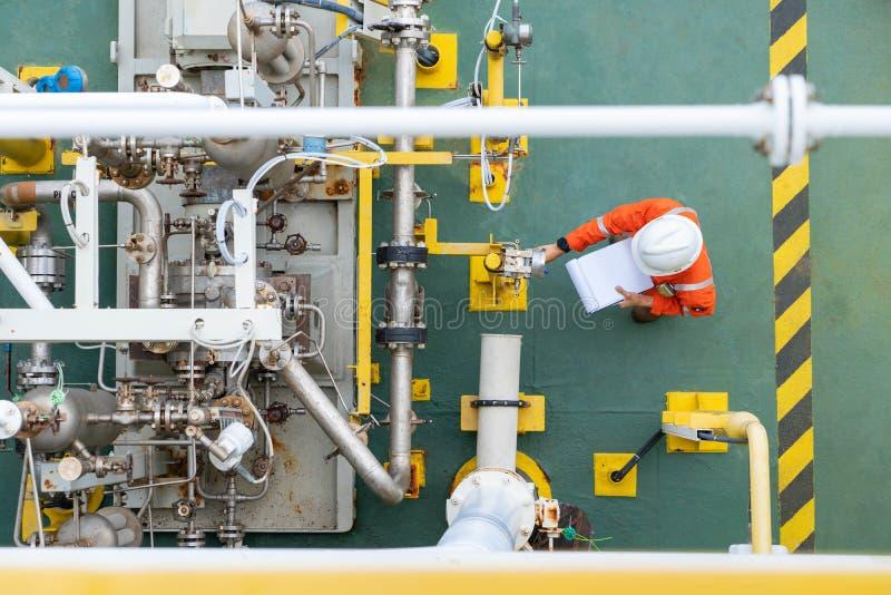 Operator mechaniczny sprawdza stan pompy odśrodkowej w celu codziennej kontroli systemu pompy olejowej w celu utrzymania niezawod zdjęcie royalty free