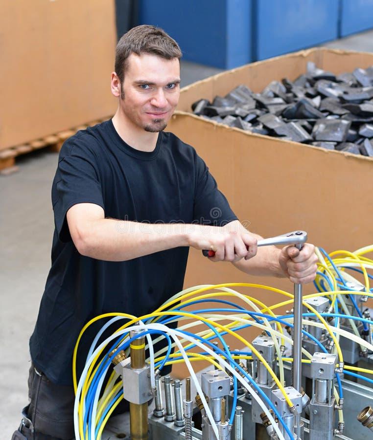 Operator naprawia maszynę w przemysłowej roślinie z narzędziami - p obrazy stock