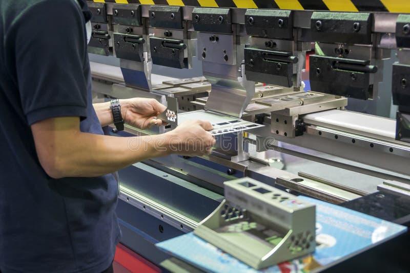 Operator pracuje z hydrauliczną chylenie maszyną zdjęcia stock