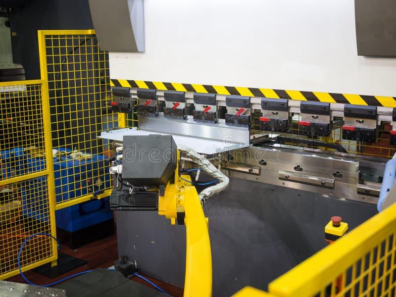 Operatora chylenia metalu prześcieradło szkotową chylenie maszyną zdjęcia royalty free