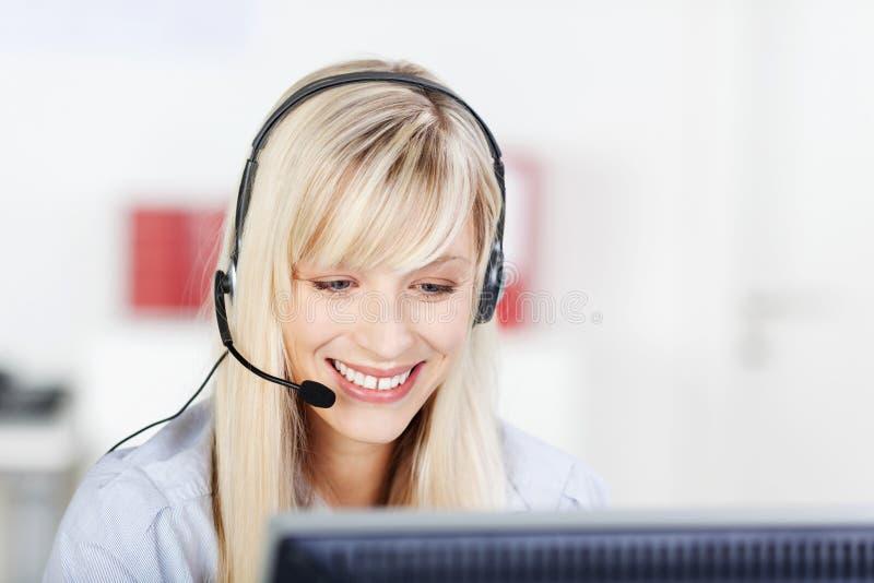 Operatore di call center femminile fotografia stock libera da diritti