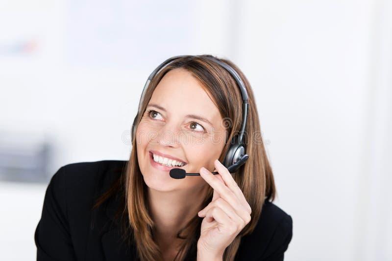 Operatore di servizio di assistenza al cliente che conversa sulla cuffia avricolare immagine stock libera da diritti
