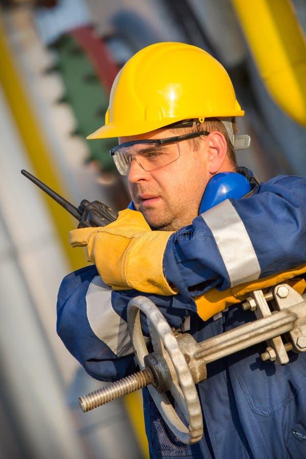 Operatore di sistema nella produzione del gas e del petrolio fotografia stock libera da diritti