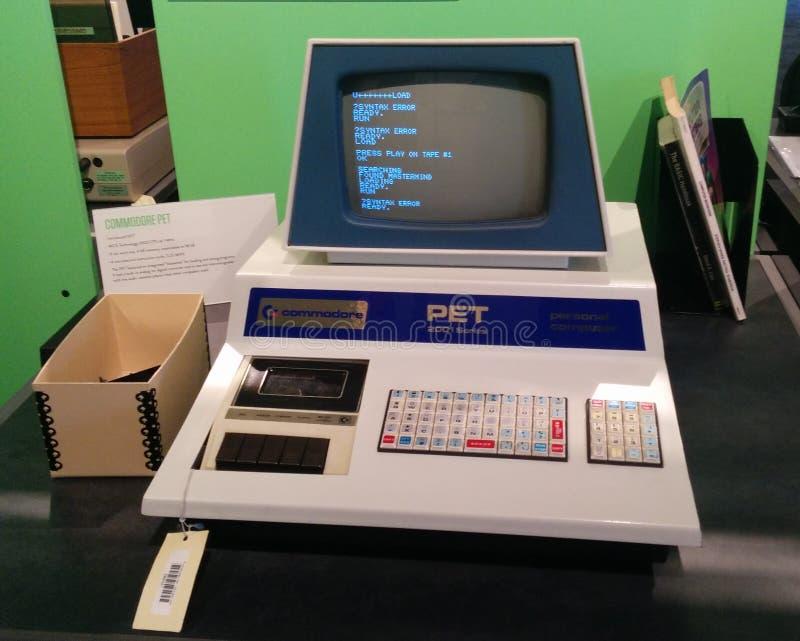 Operatore elettronico personale dell'ANIMALE DOMESTICO del commodoro un computer d'annata di 2001 serie al museo vivente del comp immagine stock