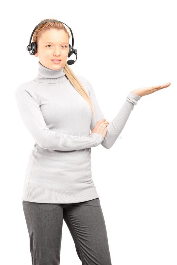 Operatore Femminile Di Servizio Di Assistenza Al Cliente Con Gesturing Delle Cuffie Fotografie Stock