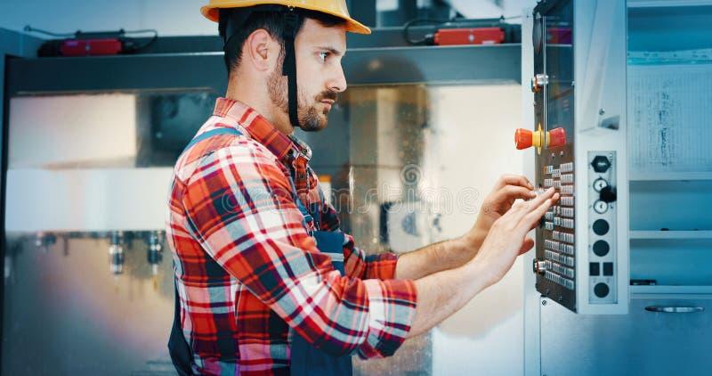 Operatore industriale moderno che lavora nella fabbrica fotografia stock libera da diritti