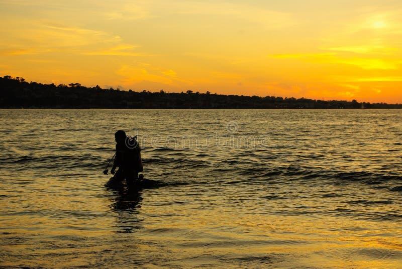 Operatore subacqueo al tramonto immagini stock libere da diritti