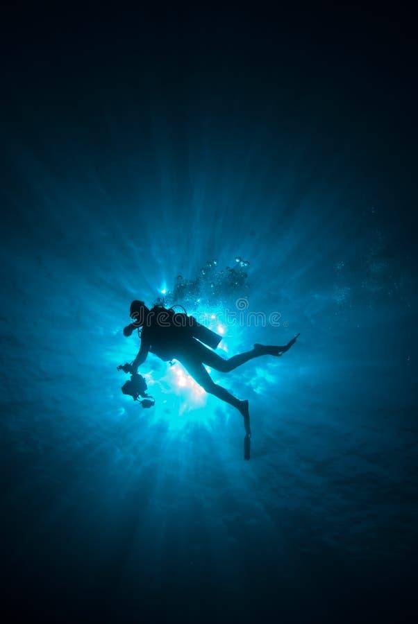 Operatore subacqueo con i sunrays fotografie stock libere da diritti