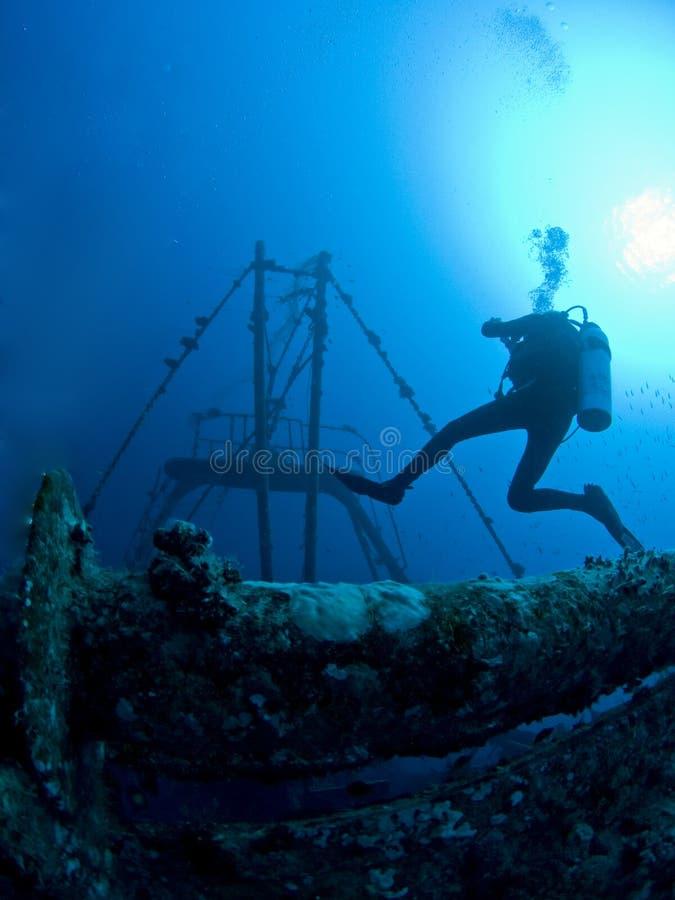 operatore subacqueo di scuba al naufragio subacqueo fotografie stock libere da diritti