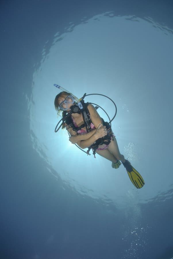 Operatore subacqueo di scuba della femmina adulta in bikini fotografie stock
