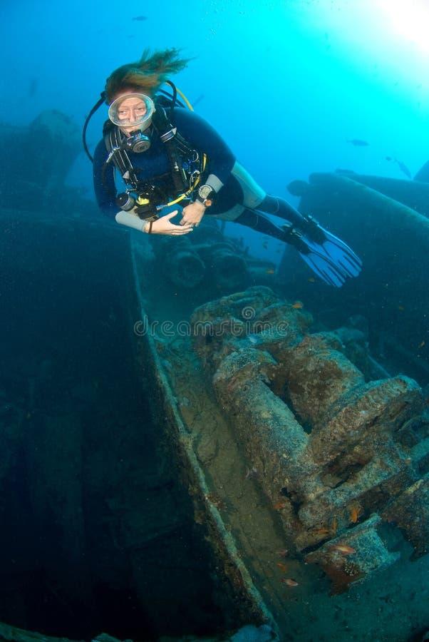 Operatore subacqueo di scuba sul naufragio della nave fotografia stock