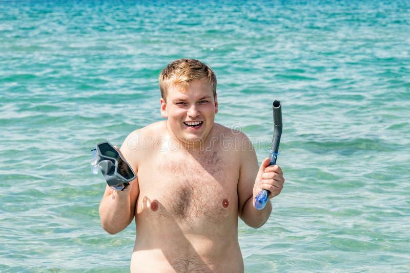 Operatore subacqueo divertente dell'uomo con l'attrezzatura della presa d'aria che si immerge maschera e tubo in oceano Concetto  fotografia stock libera da diritti