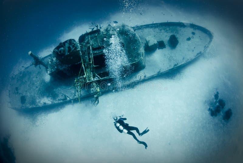 Operatore subacqueo sul naufragio della nave fotografia stock libera da diritti