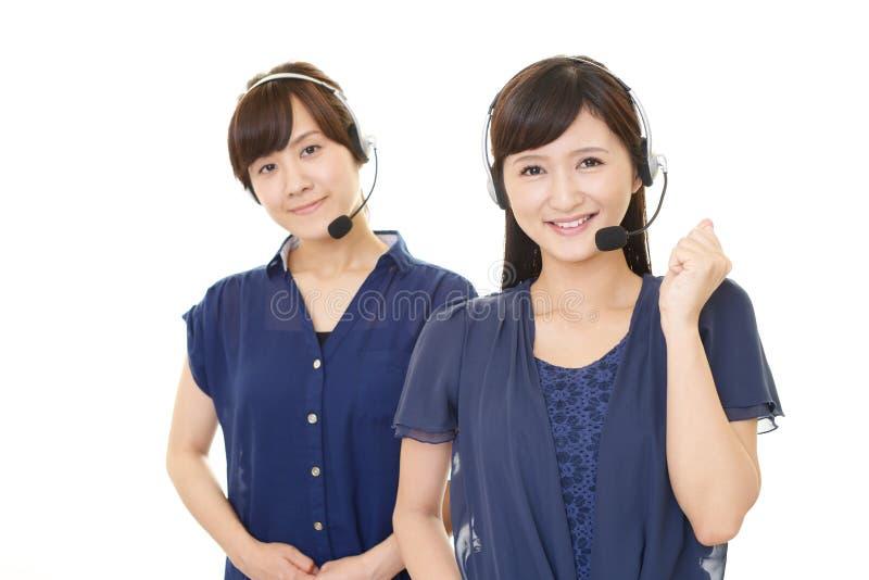 Operatori di call center sorridenti fotografia stock