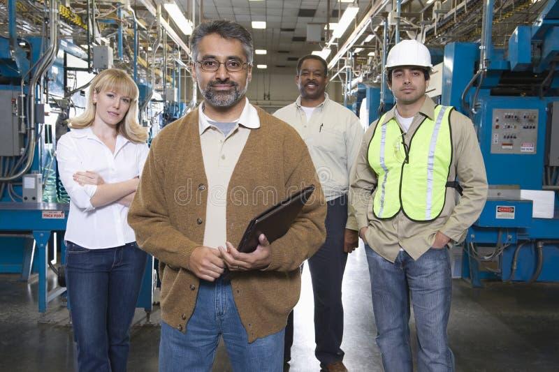 Operatori multietnici nella fabbrica del giornale immagini stock libere da diritti