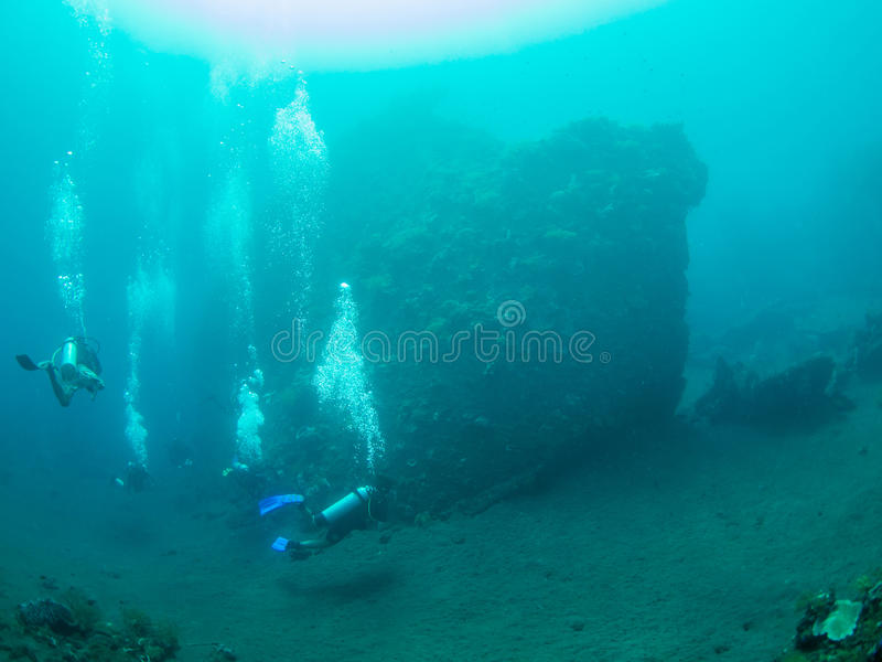 Operatori subacquei ad un relitto della nave fotografia stock