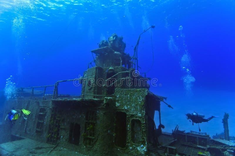 Operatori subacquei che esplorano un naufragio immagini stock libere da diritti