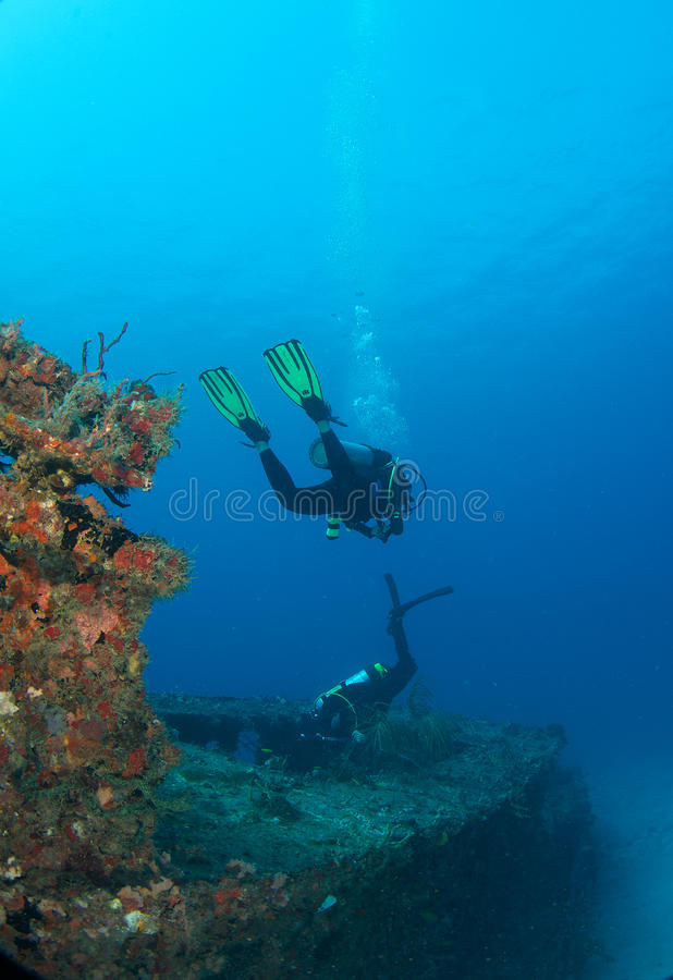 Operatori subacquei di scuba discendenti immagine stock