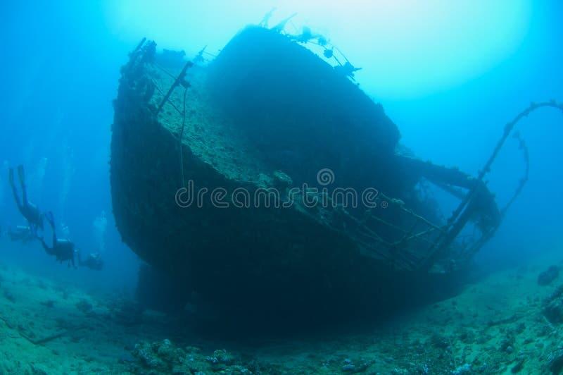 Operatori subacquei di scuba su un grande naufragio immagine stock