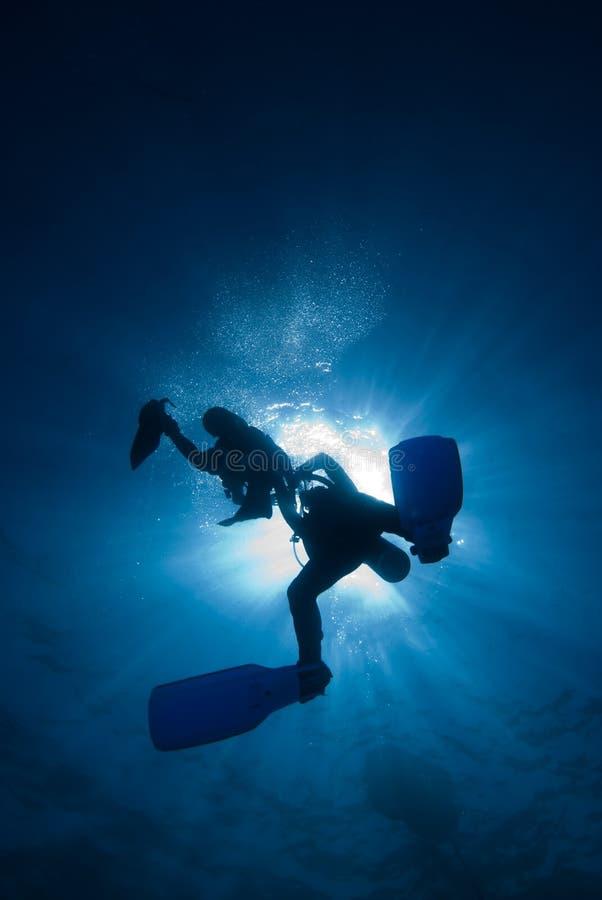 Operatori subacquei nel sunball fotografia stock