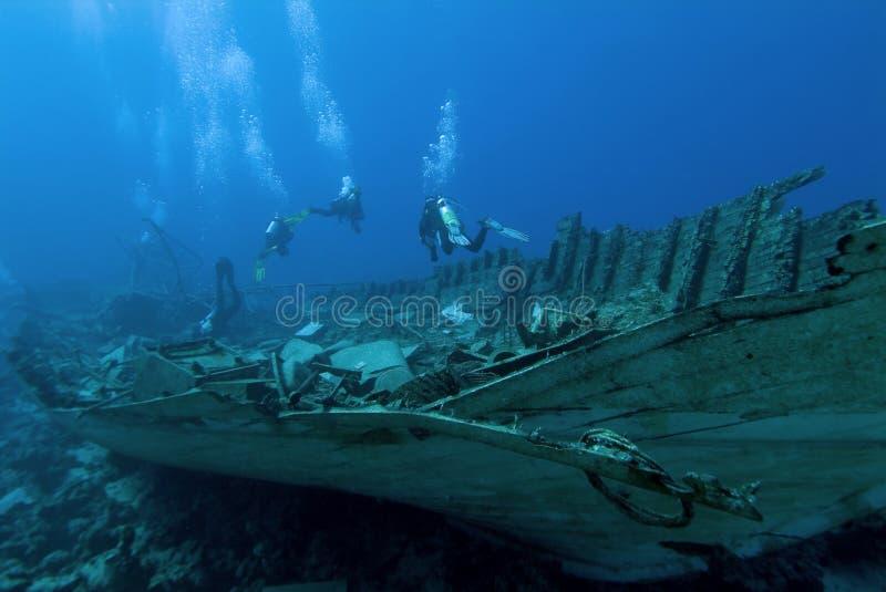 Operatori subacquei su un naufragio fotografia stock libera da diritti
