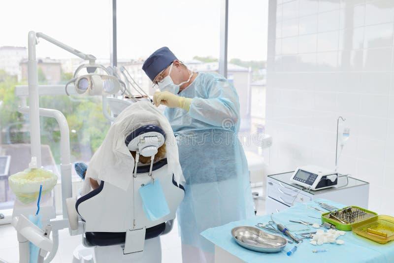 Operazione della chirurgia dentale nella clinica moderna del dentista fotografia stock libera da diritti