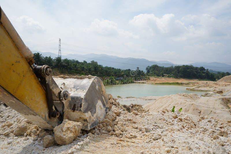 Operazione della miniera della sabbia dopo disboscamento immagine stock